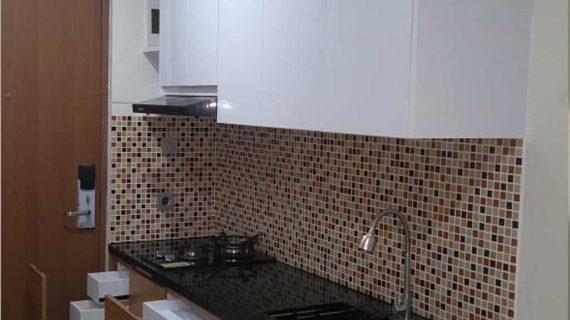 Kitchen Set HPL Motif Kayu & Putih Apartemen B Residence BSD Serpong Pagedangan Tangerang ID4918P